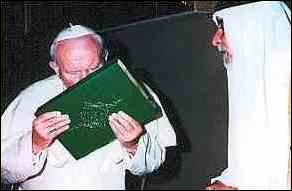 Escandalosa foto de Juan Pablo II besando el Coran
