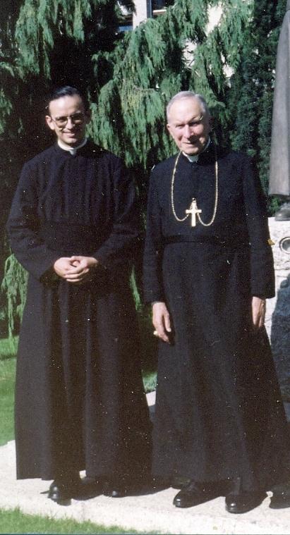http://radiocristiandad.files.wordpress.com/2012/05/mons-lefebvre-padre-cardozo-1988.jpg