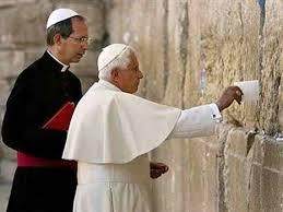 12) Venenito XVI en el Muro de los Lamentos