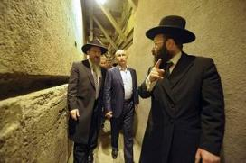 Russian President Vladimir Putin (2nd R) visits the Western Wall tunnels in Jerusalem's Old City June 26, 2012. REUTERS/Alexsey Druginyn/RIA Novosti/Pool (JERUSALEM - Tags: POLITICS) THIS IMAGE HAS BEEN SUPPLIED BY A THIRD PARTY. IT IS DISTRIBUTED, EXACTLY AS RECEIVED BY REUTERS, AS A SERVICE TO CLIENTS