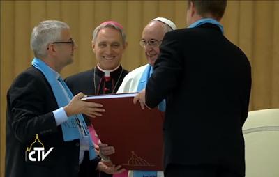 bergoglio-recibe-tesis-de-lutero
